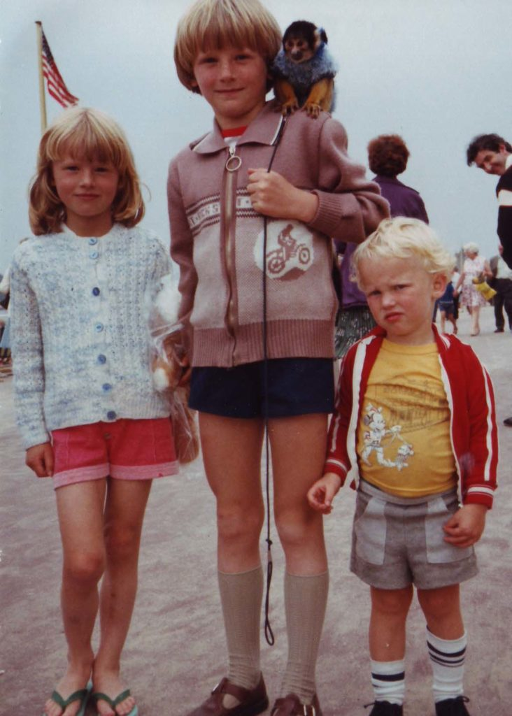 Weymouth Promenade: 3 siblings with monkey - nipitinthebud.co.uk